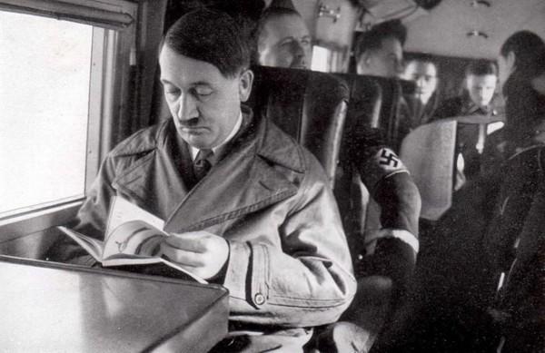 Адольф Гитлер читает книгу в самолете,1930-е годы.