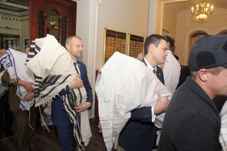 Hanuka_Brodsky-Synagogue_2015_MP_Torah-scrolls_1
