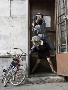 Олег Неелов «Мальчишки звонят по уличному телефону», 1961