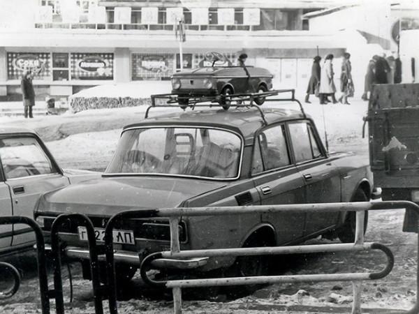 Автомобиль с автомобилем в багажнике