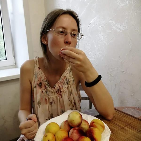 Женщина с нектаринами