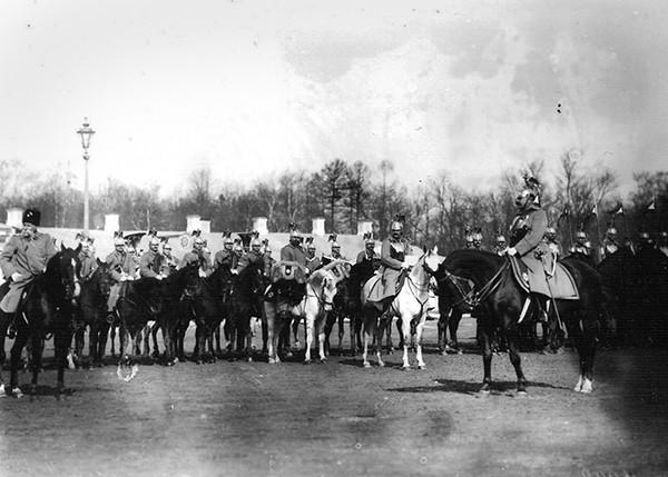 Парад лейб-гвардии Конного полка. Слева - командующий гвардейским корпусом генерал Данилов, справа - командир полка генерал Гуссейн Хан Нахичеванский.