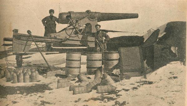 Трофейное турецкое орудие во взятом русскими войсками Эрзуруме. Начало 1916
