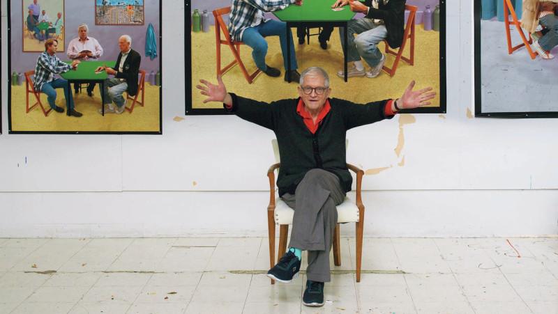 Девид Хокни на фоне своих работ.