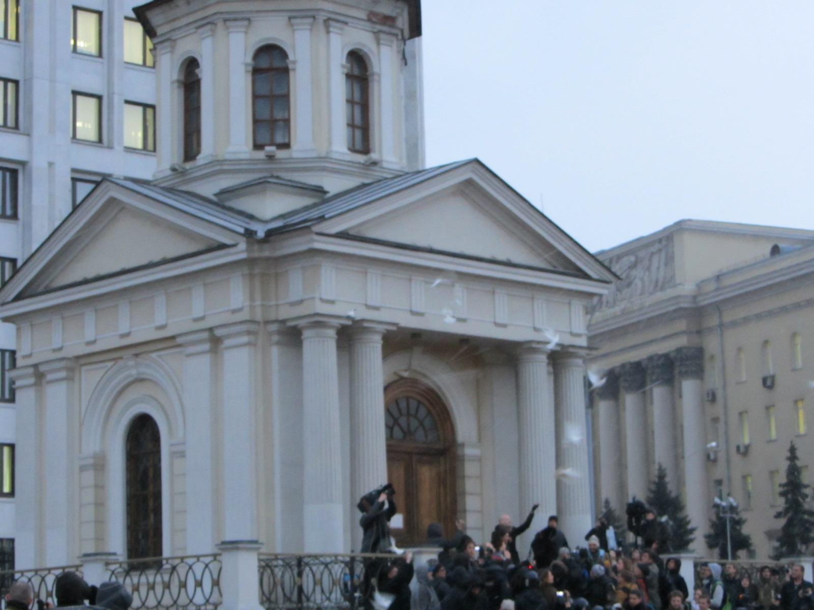 Над Москвой взлетают голуби мира - и следом пошел ОМОН