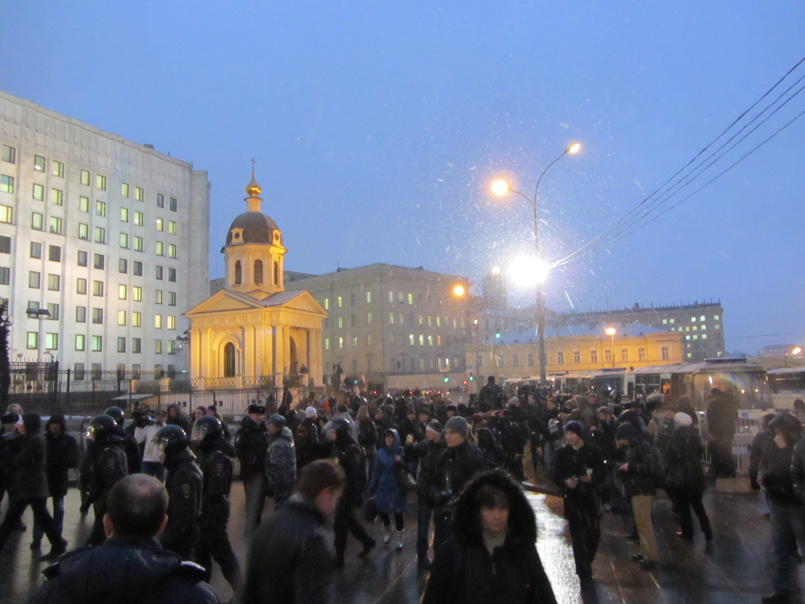 даже после арестов несколько сотен протестует