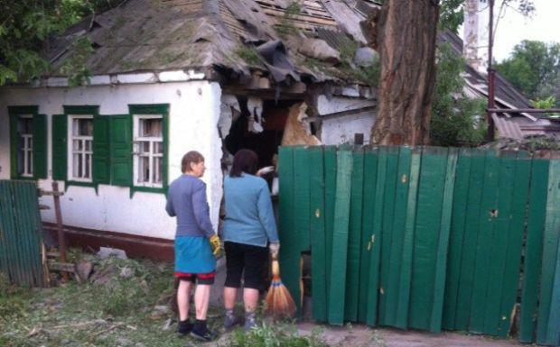 01 террористы используя посталеные им Россией системы залпового огня БМ-21 Град обстреляли жилые кварталы Амвросиевки