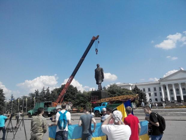 В Краматорске демонтируют памятник Ленину