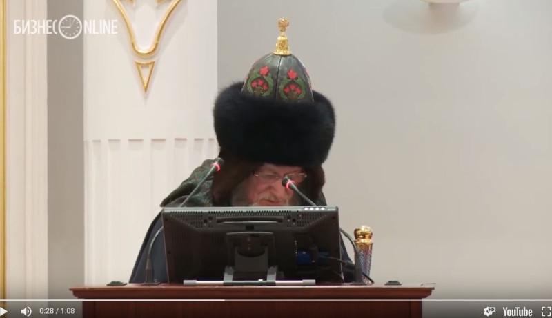 Таджуддин с гербом на шапке.JPG