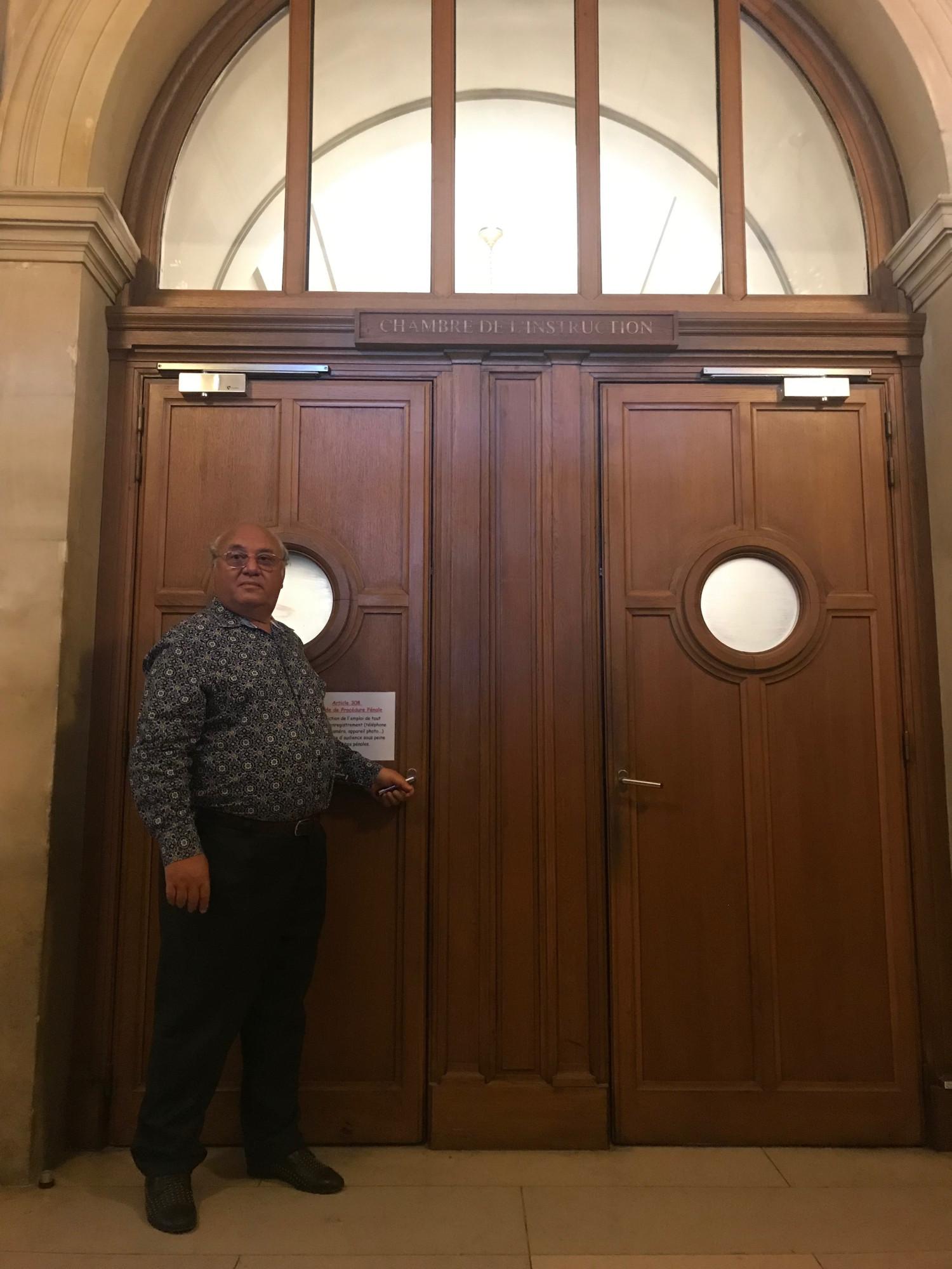Перед входом в зал Парижского суда 2 октября 2019 г. Семь месяцев французского плена позади.