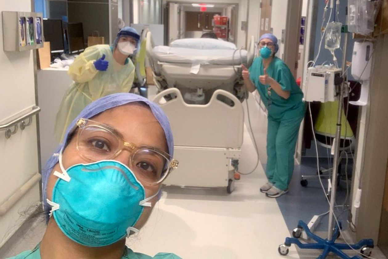 Практикующая медсестры госпиталя Синай и ее коллеги радуются выписке Гарвона Рассела из отделения интенсивной терапии