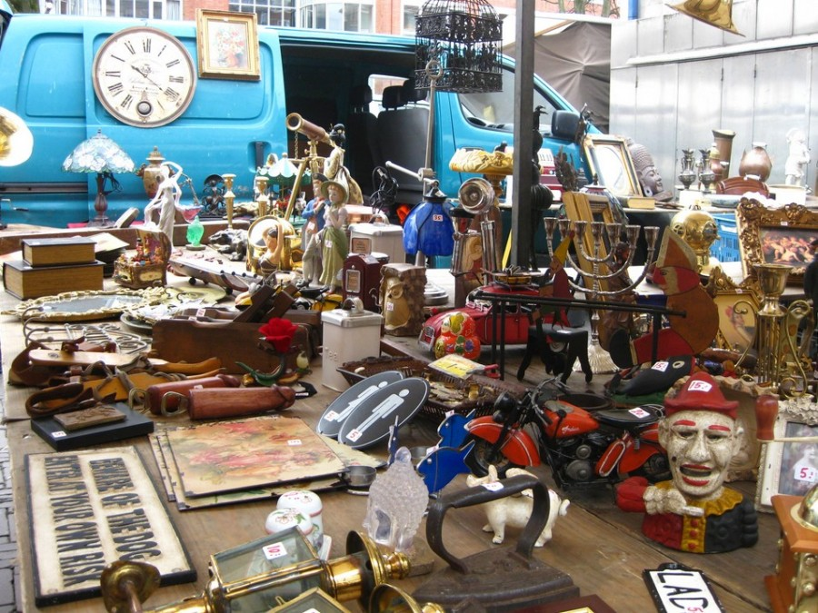 Уличная-торговля-антиквариатом