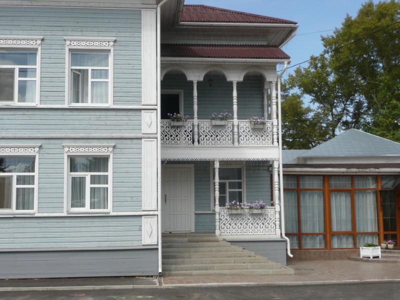 """Дом новый, но построен в том же стиле, что и старые. Гостиница, самый центр, прямо за ней - """"кремль""""."""