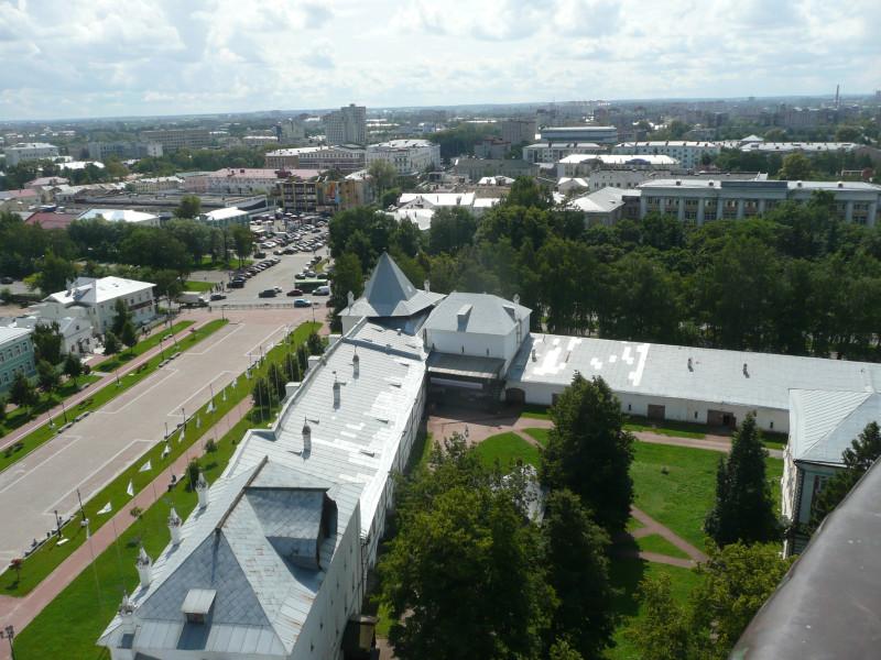 Стена Архиерейского двора, за дорогой (проспектом Победы) - где машин много - это центральный рынок.
