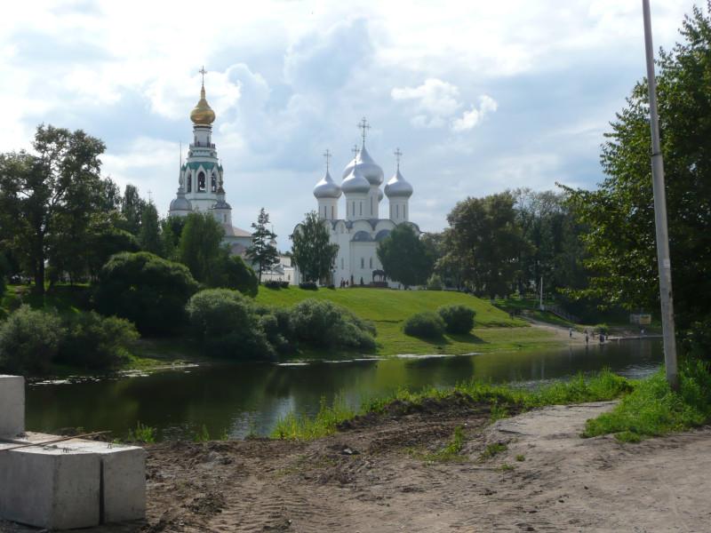 """Софийский собор и колокольня, вид с другого берега Вологды-реки. На переднем плане """"хорошеет Вологда"""", прям как в Москве."""