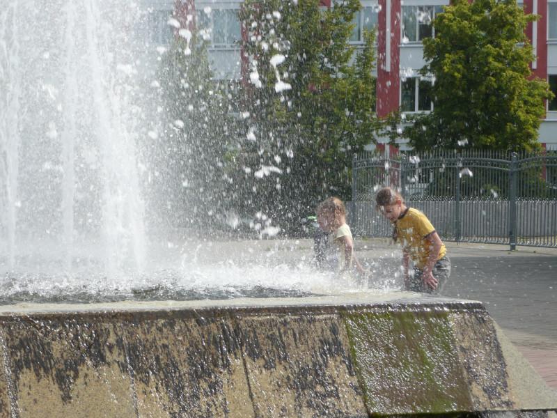 Дети в фонтане. На севере жарко, в Москве в этот день весь день шел дождь