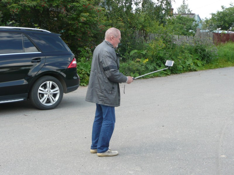 Пожилой джентльмен снимал себя с помощью селфи-палки на фоне монастырских построек, какие вот продвинутые люди есть на свете