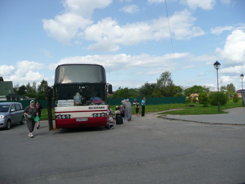 """А на парковке стоял целый автобус с владимирскими номерами с надписью """"Паломники""""."""