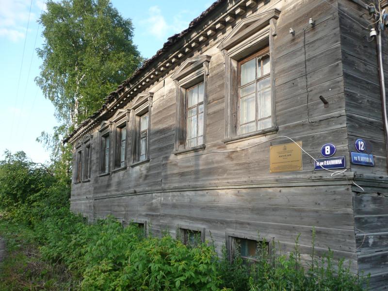Каргополь встречает домиками с такими же табличками, как в Вологде. Жилой дом 19 века, памятник архитектуры.