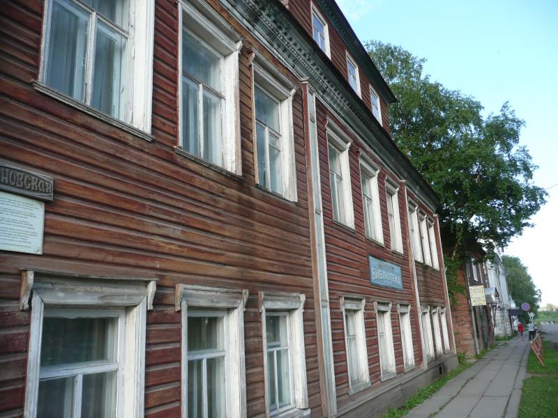 Деревянный двухэтажный дом с мезонином, построен в середине 19 века.