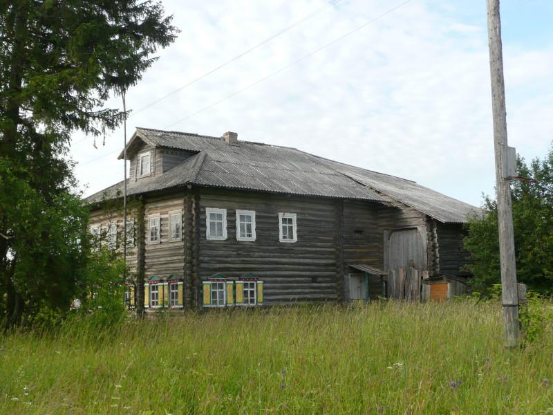 Дом, как здесь принято, огромный. Половина жилая, половина хозяйственная.