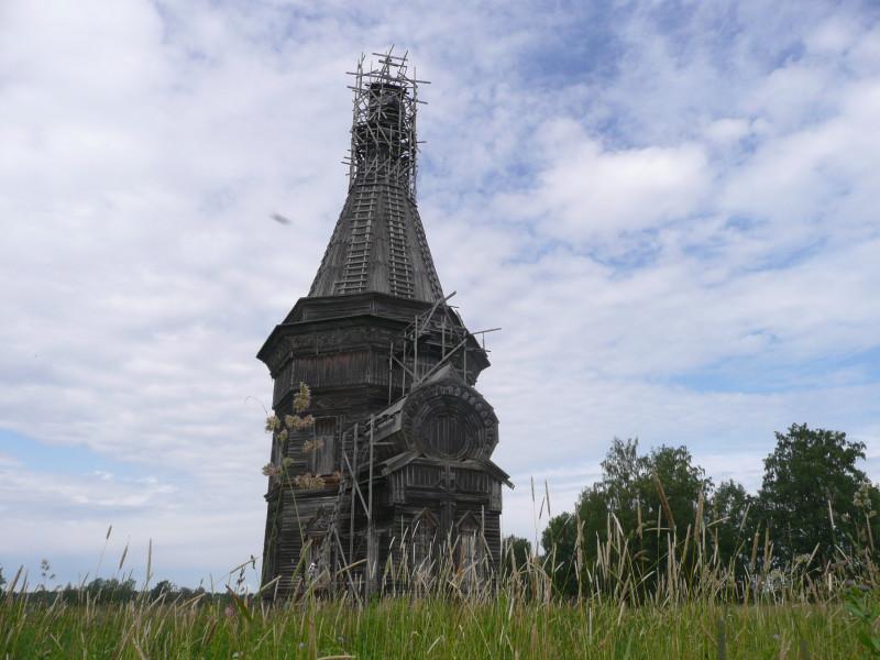 Церковь в Красной Ляге стоит. И даже кем-то реставрируется.