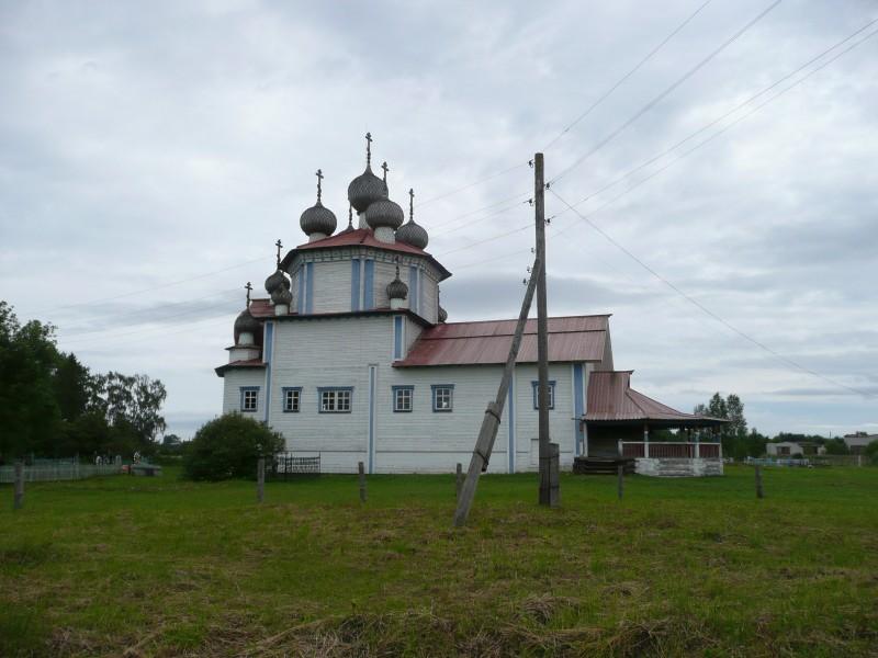 Оставшаяся одинокой Богоявленская церковь 1798 года. Ее обшили досками и покрасили.