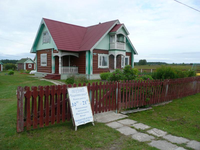 А это дом Надежды Федоровны, хозяйки школьного музея. Маленький здесь, как игрушечный. У нее постоянно открыто и есть где остановиться.