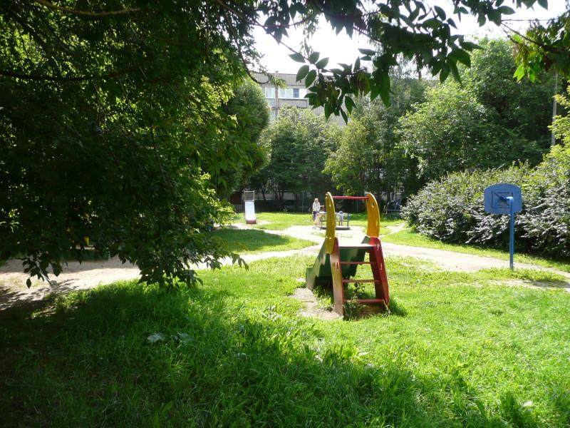 А вот это двор дома, где мы жили. Детская площадка.