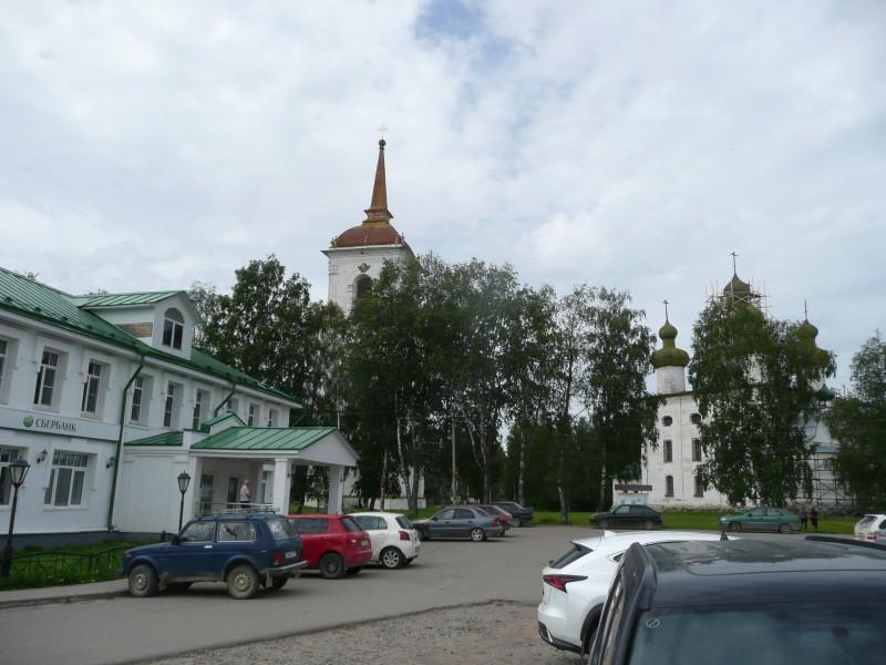 Центральная площадь. Слева Сбербанк. На заднем плане колокольня, на которую можно залезть.