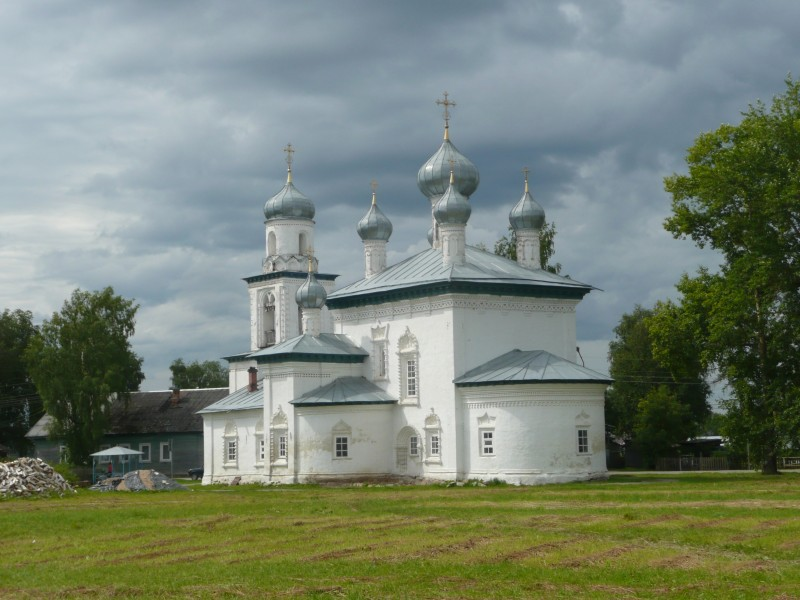 Никольская церковь 1741 г. - действующая и, похоже, реально популярная среди прихожан. Все остальные или заброшены, или больше музеи, чем церкви.