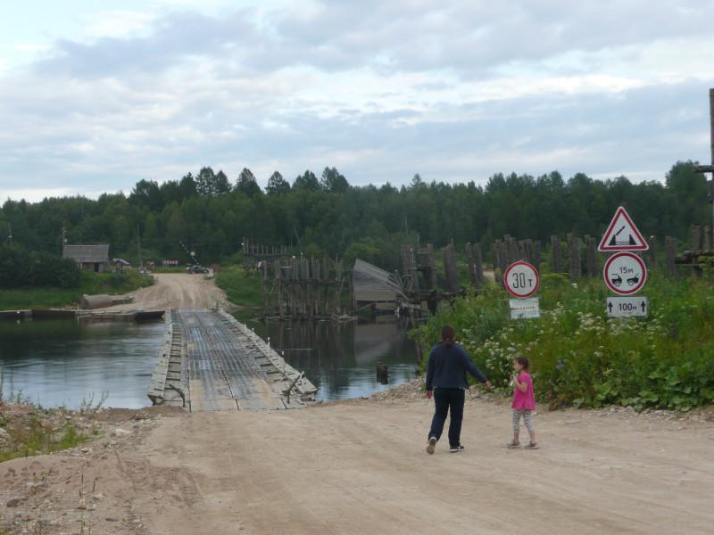 Справа видны остатки старого деревянного моста. Местные жители говорят, что самое нужное для них - это даже не нормальная дорога, а круглогодичный мост.