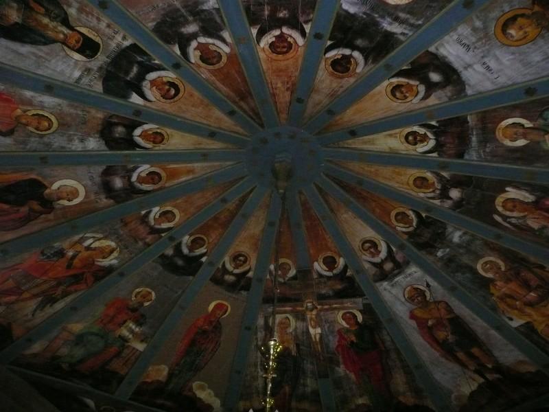 """""""Небо"""" - расписные потолки местных церквей и часовен, делались обычно местными мастерами или просто умельцами. Каждое творение уникально, каждый художник отображал свой взгляд на религиозные каноны. Небеса оригинальные, они полностью сохранились, были отреставрированы и возвращены на место совсем недавно."""