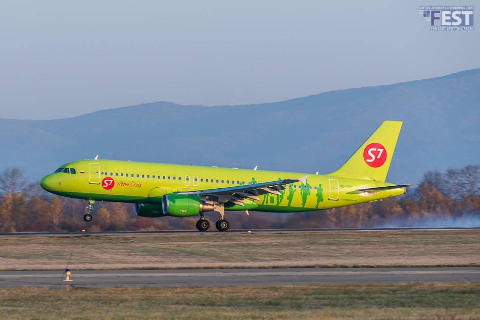 Самолет авиакомпании S7 в аэропорту Владивосток
