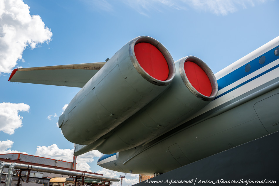 памятник самолету Ил-62м