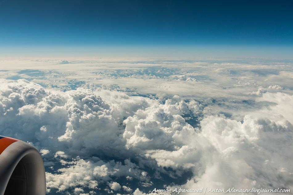 Небо из иллюминатора самолета