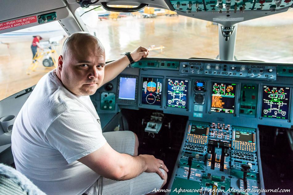 Блогер Антон Афанасьев в кабине самолета