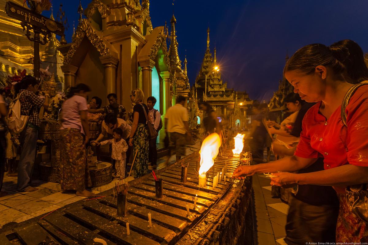 Swedagon Pagoda (night)-11
