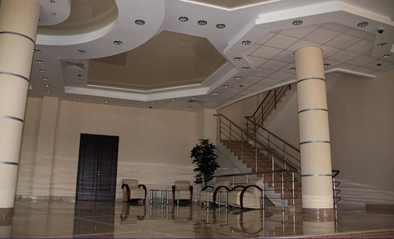 Лестница на 2 этаж из холла 1 этажа