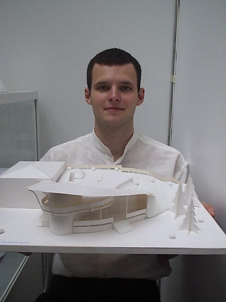 Гриша показывает мою работу - архитектурная разработка летнего кафе