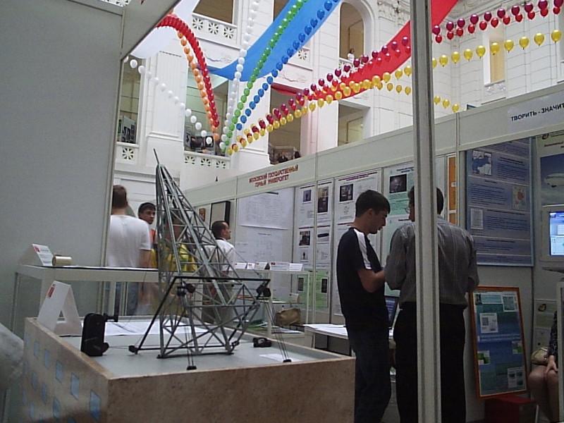 Макет, показывающий процесс монтажа радиовышки на крышу дома