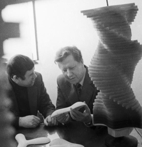 Сотрудники лаборатории архитектурной бионики Центрального научно-исследовательствого института теории и истории архитектуры изучают модели оболочек турбосомы