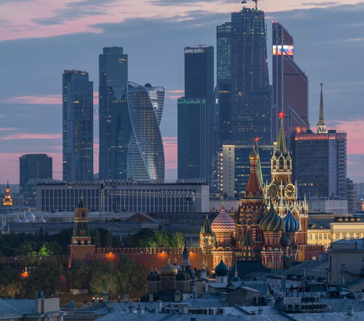 """Кремль и Москва-Сити. Из-за близкого расположения данных объектов исторический центр превратился с своеобразную """"игрушку-сувенир"""""""