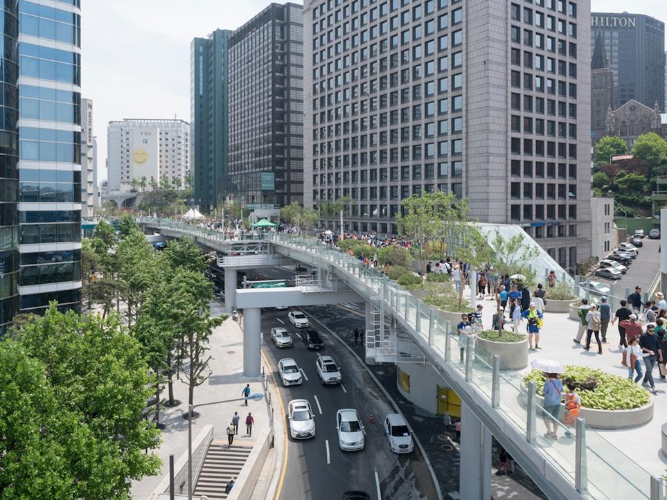 """Пример Сеула. Там, где была эстакада, сделали парк """"Seoullo 7017"""". Если уменьшить количество автомобильных дорог в городе нельзя, то хотя бы нужно сделать так, чтобы их использованием было максимально безопасным для жителей"""