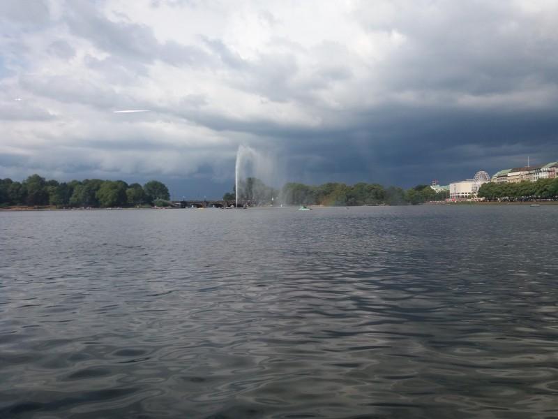 Наша прогулка начинается из центра Гамбурга. Озеро Альстер