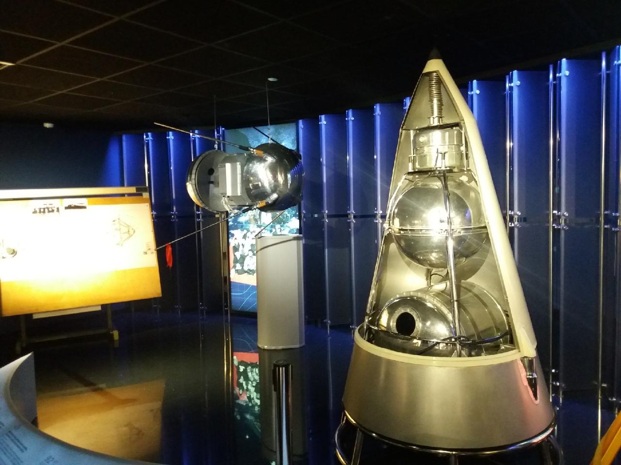 """Макеты первых космических кораблей. На фото видна капсула, в которой в свой высокий и последний полёт отправилась первая собака-космонавт """"Лайка"""", ставшая после этого всемирно известной и популярной."""