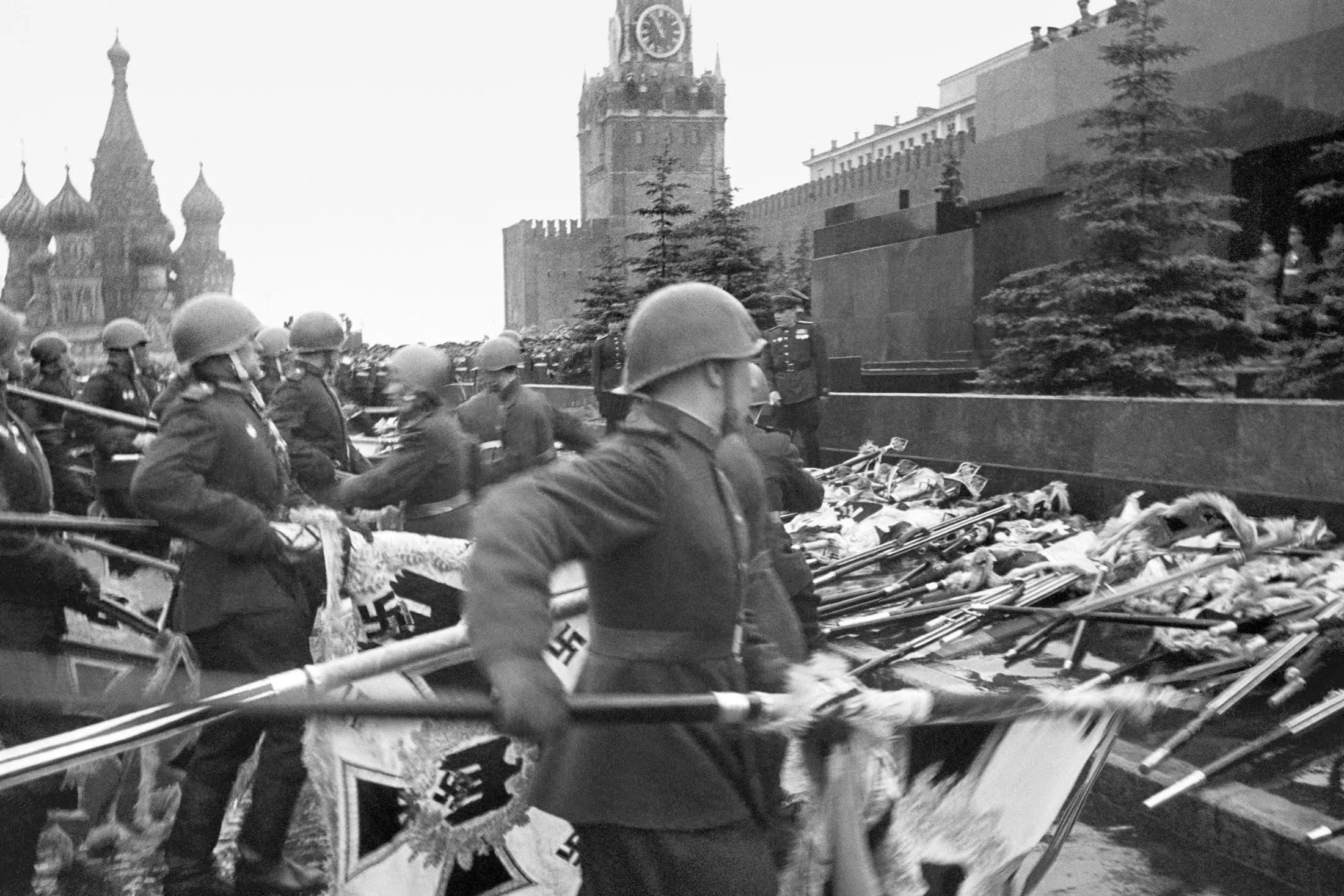 Парад Победы 1945 г. К подножью Мавзолея бросаются знамёна фашистской Германии