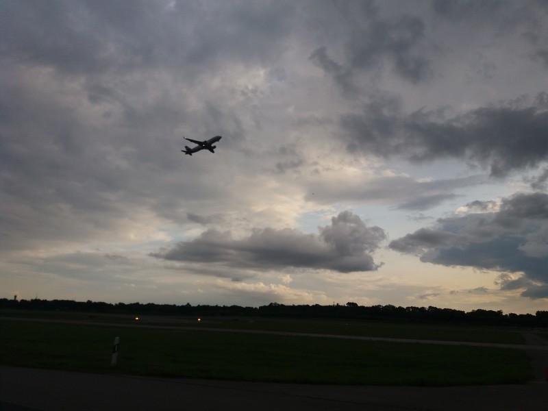 За полётом можно наблюдать через маленькое отверстие в ограждении аэропорта