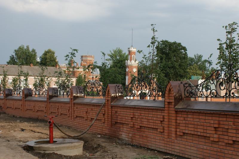 На прилегающей территории расположен парк. Его благоустройство производится в едином стиле с замком