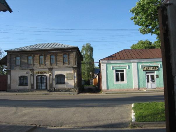 Дом купца Неронова (слева)